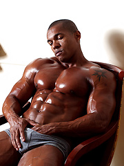 Black muscle stallion Augusto exposes his perfectly sculpted body