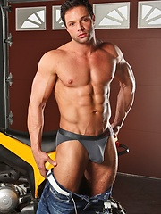 Well hung muscled guy shows his hot butt